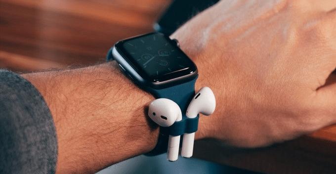I u Apple Watch už se uvažuje, jak připevnit sluchátka k hodinkám